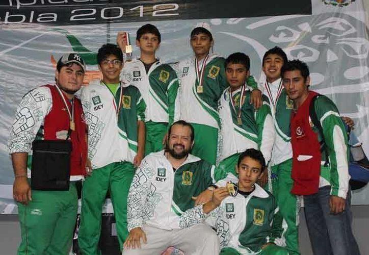 Equipo yucateco de esgrima que tuvo una gran participación en el Mundial de la especialidad en Cancún. (Milenio Novedades)