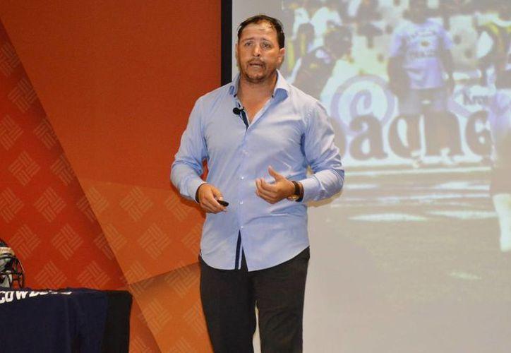 El exjugador mexicano de la NFL, Marco Martos, convivió con estudiantes de la Unimayab. (Fotos: Milenio Novedades)