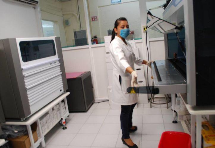 El equipo de cuarta generación del Hospital General permite realizar la valoración de las muestras de sangre con mayor rapidez y precisión. (Tomás Álvarez/SIPSE)