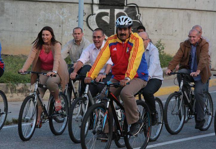 El presidente de Venezuela, Nicolás Maduro, en parte del recorrido en bicicleta. (albaciudad.org)
