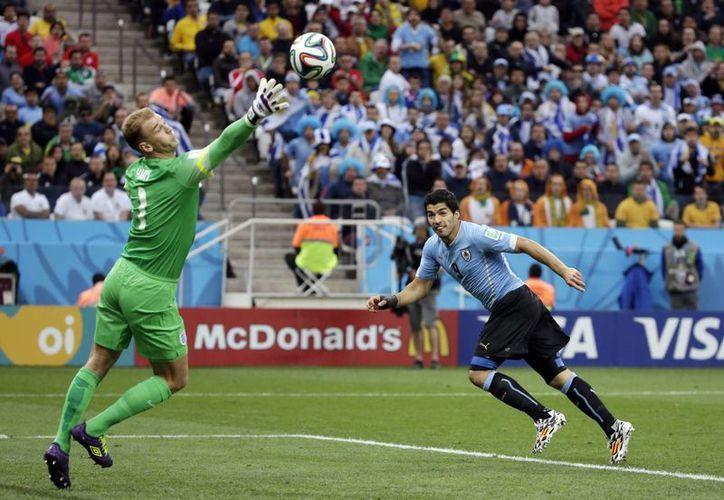 El inglés Joe Hart se estiró, pero no pudo evitar bloquear el excelente cabezazo de Luis Suárez, hombre gol de Uruguay. (Foto: AP)