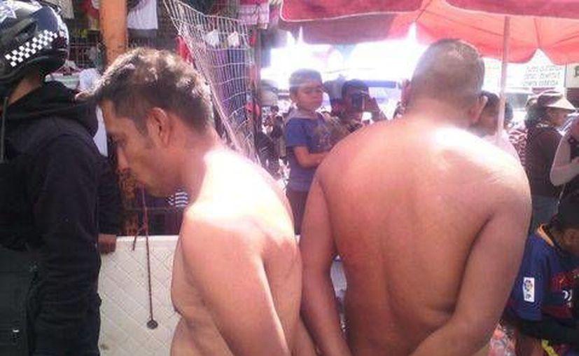 Los dos presuntos ladrones fueron desnudados y rapados por los comerciantes. (Pedro Alonso/Milenio)