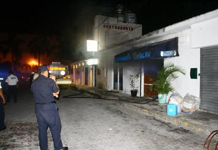 Los bomberos usaron mil litros de agua para sofocar el incendio de la lavandería. (Redacción/SIPSE)