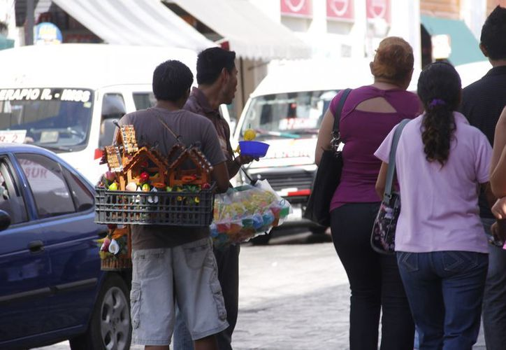 Según los comerciantes establecidos, los ambulantes les quitaron casi la mitad de las ventas navideñas. (Juan Albornoz/SIPSE)