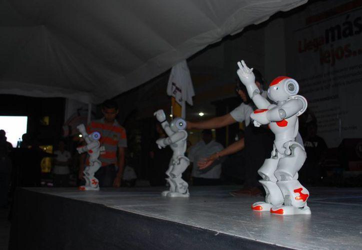 Ayer se realizó la presentación de los androides en la Universidad del Sur. (Tomás Álvarez/SIPSE)