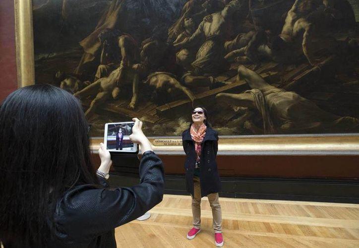 Aunque junto con la Mona Lisa, La barca de la Medusa es una de las obras maestras más visitadas del Louvre, la gente piensa que es una leyenda. (AP)