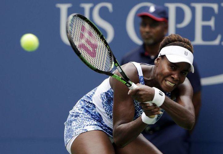 Venus Williams, de 35 años, le ganó a la suiza Belinda Bencic, de 18, en el Abierto de EU. (Foto: AP)
