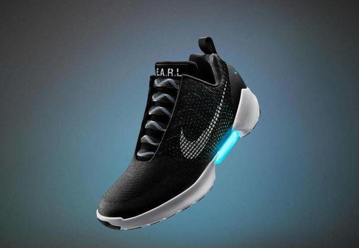 La nueva apuesta de Nike es el calzado HyperAdapt 1.0, tenis que tendrán la capacidad de amarrarse solos. (Imagen tomada de .complex.com)