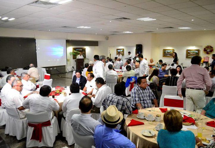 Queda formalmente instituido el 27 de diciembre como Día del Egresado del ITM. Imagen de la reunión de los profesionales en un hotel de Mérida. (Milenio Novedades)