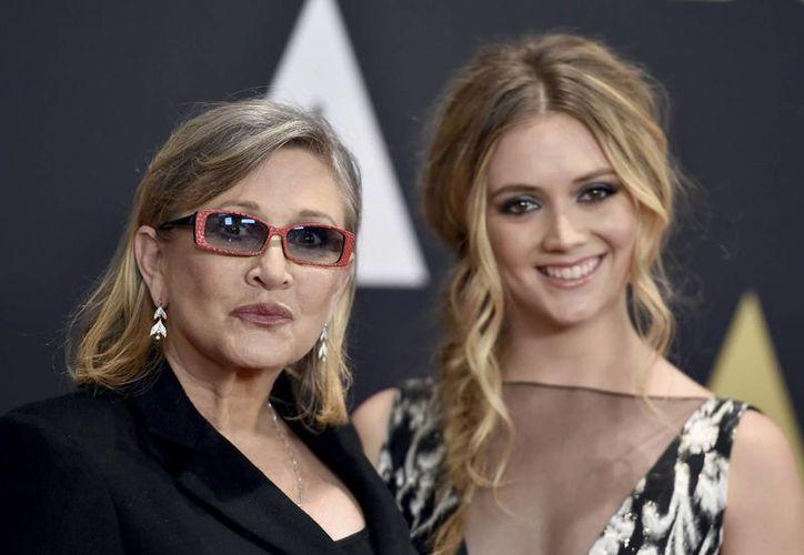 Carry Fisher (izq.), quien dio vida a la Princesa Leia en la saga de Star Wars, falleció la semana pasada. Su madre Debbie Reynolds, murió días después. El funeral de ambas será conjunto y privado. (Archivo/AP)