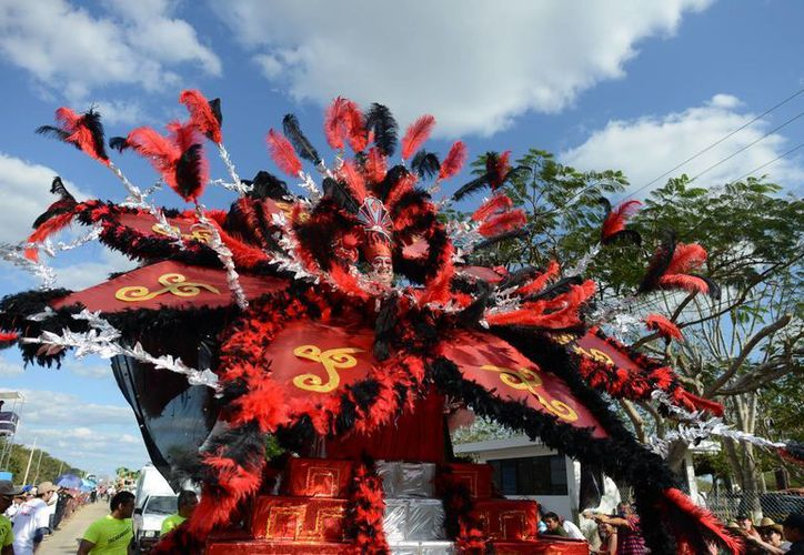 Jacarandoso lució, como de costumbre, uno de los trajes más espectaculares en el Domingo de Bachata del Carnaval Mérida 2015. (Luis Pérez/SIPSE)