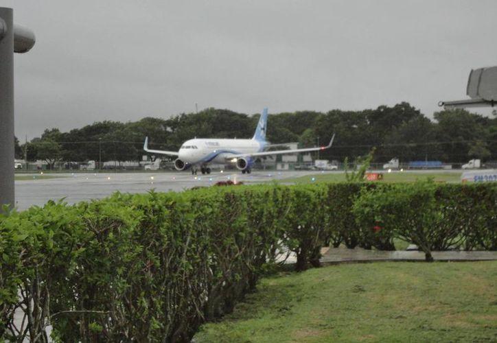 El vuelo matutino que conecta a la Ciudad de México con Chetumal arribó a las 09:55 horas. (Harold Alcocer/SIPSE)