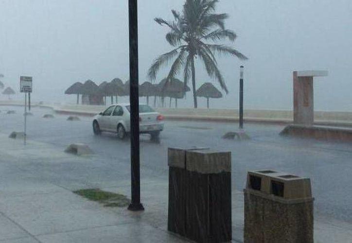 La lluvia de ayer generó escasa visibilidad en la zona del malecón de Progreso. Pescadores extraviados se enfrentan al mal tiempo en alta mar. (Milenio Novedades)