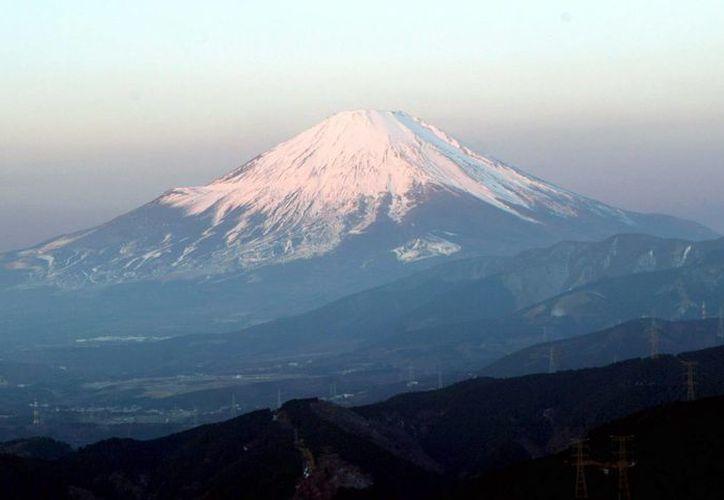 Vista de la montaña Fuji, desde las aguas termales de Hakone. Las autoridades locales de la Tokio emitieron una orden de evacuación en un radio de 300 kilómetros alrededor de Owakudani. (EFE)