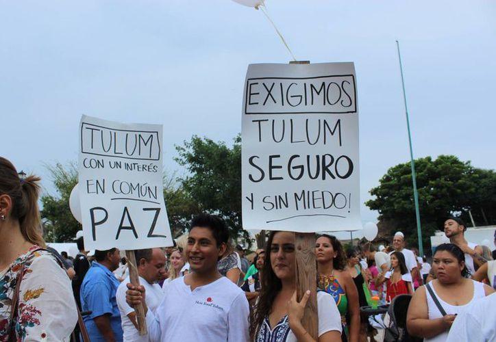 Ciudadanos protestando en las calles de Tulum. (Sara Cauich, SIPSE)