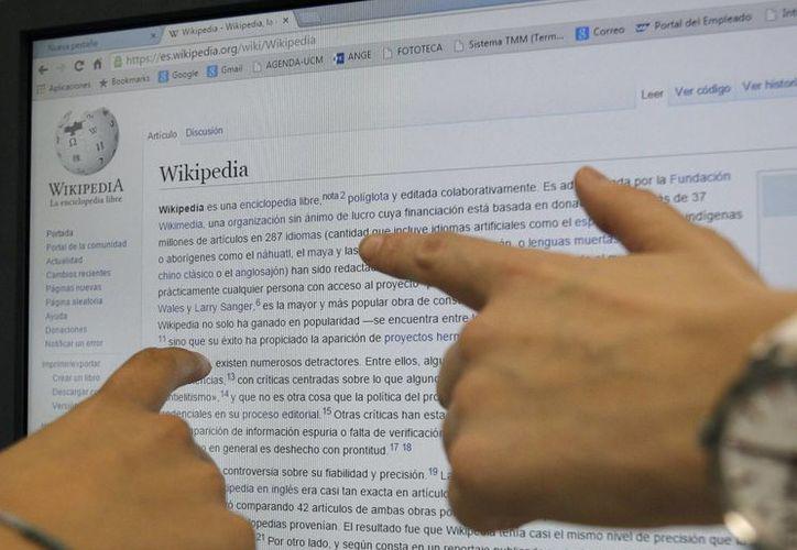 Dos usuarias consultan en internet la enciclopedia libre digital Wikipedia, que contiene más de 37 millones de artículos escritos en 288 idiomas por voluntarios de todo el mundo y fue galardonada hoy con el Premio Princesa de Asturias de Cooperación Internacional 2015. (EFE)