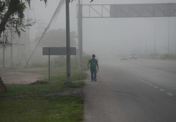 Densa neblina cubrió el Anillo Periférico durante las primeras horas del lunes. (Luis Pérez/SIPSE)
