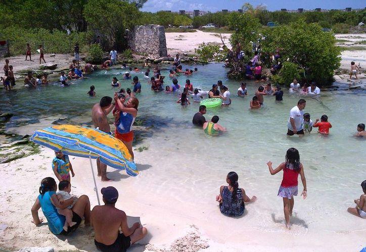 Los visitantes frecuentes de la playa de Punta Esmeralda son los habitantes de las colonias cercanas:  Colosio y Nicté Há.  (Daniel Pacheco/SIPSE)