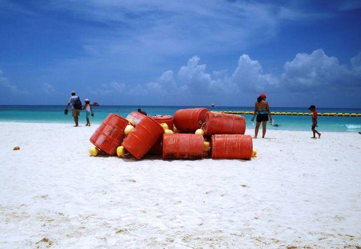 Dos filas de boyas que fueron colocadas para proteger a los bañistas de Playa Piñatas, se desprendieron el fin de semana.  (Octavio Martínez/SIPSE)