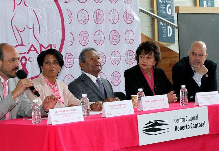 El compositor y cantante yucateco Armando Manzanero, quien aparece al centro en esta conferencia de prensa, anunció que cantará para apoyar a una fundación contra el cáncer de mama. (Notimex)