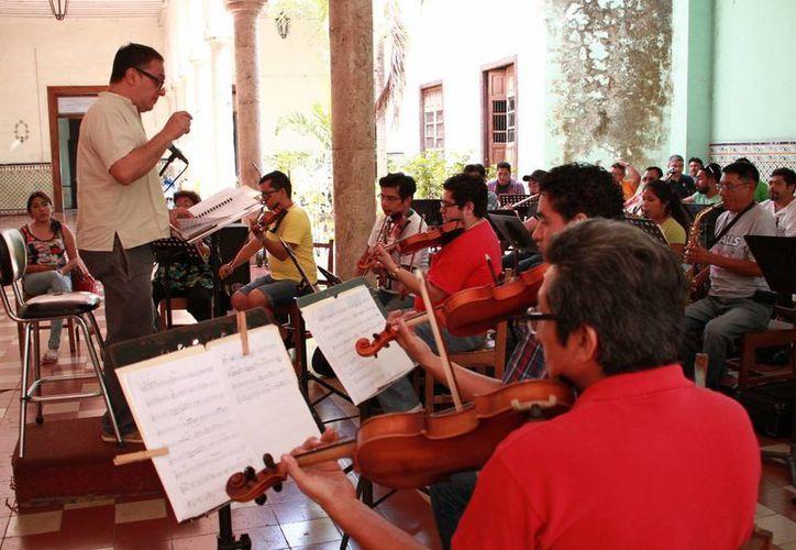 La Típica de Yucalpetén se presentará este jueves 14 acompañando del grupo 'Atril 3' en el patio central de la Universidad Autónoma de Yucatán. (Jorge Acosta/ Milenio Novedades)