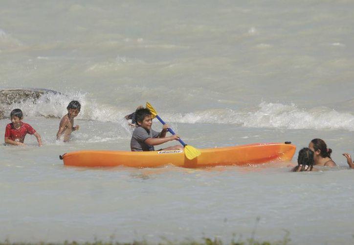 Llegan bañistas y comensales a los sitios turísticos locales. (Enrique Mena/SIPSE)