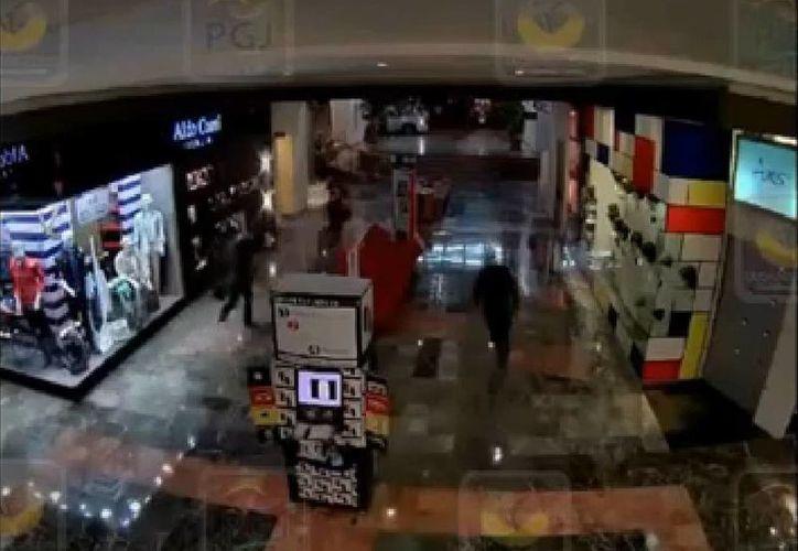 Las cámaras del circuito cerrado del centro comercial Santa Fe captaron el momento del atraco. (Captura de pantalla)