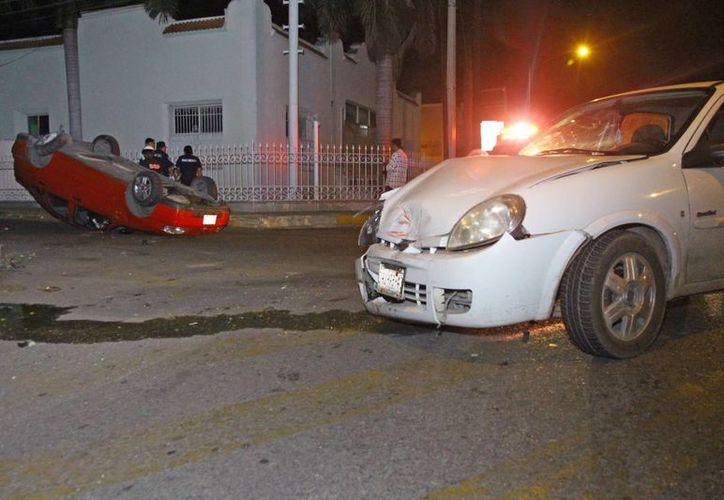 Así quedaron el Chevy y el Derby tras el choque en el cruce de las calles 19 x 20 de la colonia Itzimná. (Fotos: Milenio Novedades)