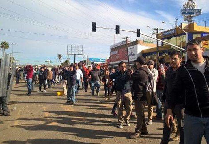 En la marcha de los inconformes por el 'gasolinazo' se infiltraron vándalos, quienes comenzaron a lanzar piedras contra los policías federales. (Bernando Cisneros/Milenio)