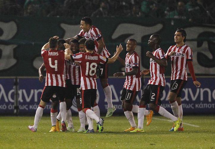 Los jugadores del PSV Eindhoven celebran el tercer gol con el que aseguraron la victoria contra Panathinaikos, en duelo directo por la clasificación dentro de la Liga Europa de UEFA. (Foto: AP)