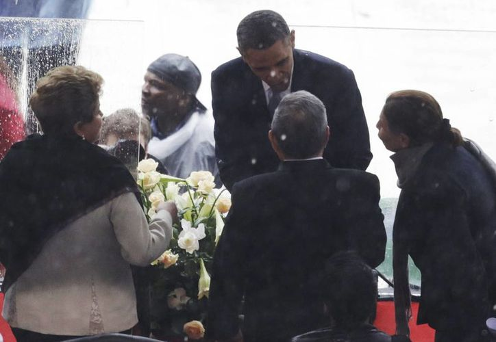 La presidente de Brasil, Dilma Rousseff, atestigua el saludo de mano del presidente de EU, Barack Obama, hacia Raúl Castro, de Cuba. (Agencias)