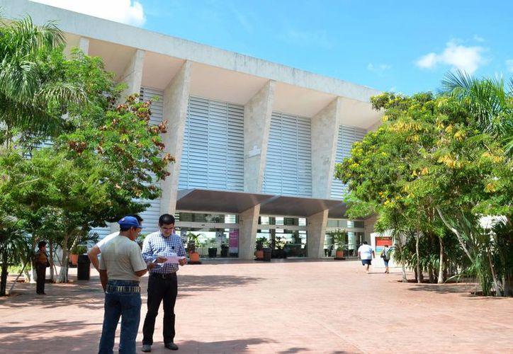 Para el Hospital Regional de Alta Especialidad se destinaron 97.3. En la imagen, dos personas en la puerta del lugar mencionado. (Milenio Novedades)