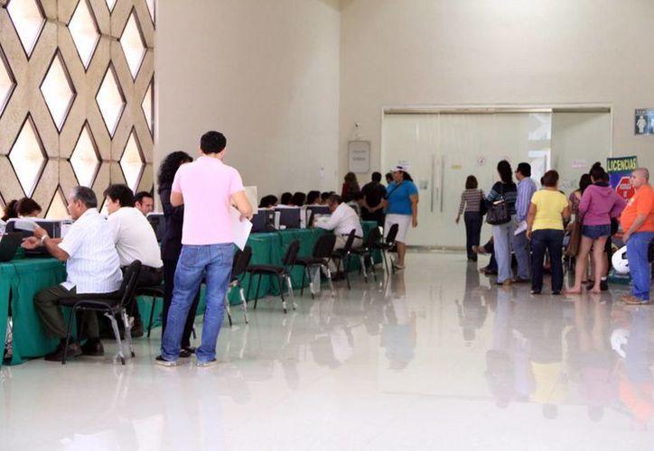 Contribuyentes que acudieron a pagar se enteraron de la medida. (José Acosta/SIPSE)