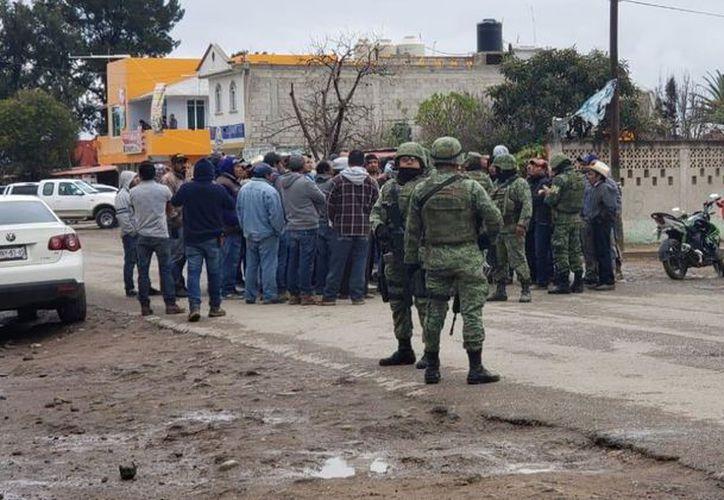 Alrededor de las 13:00 horas del domingo los tres soldados fueron llevados a las oficinas del Ministerio Público Federal de Tula. (Internet)