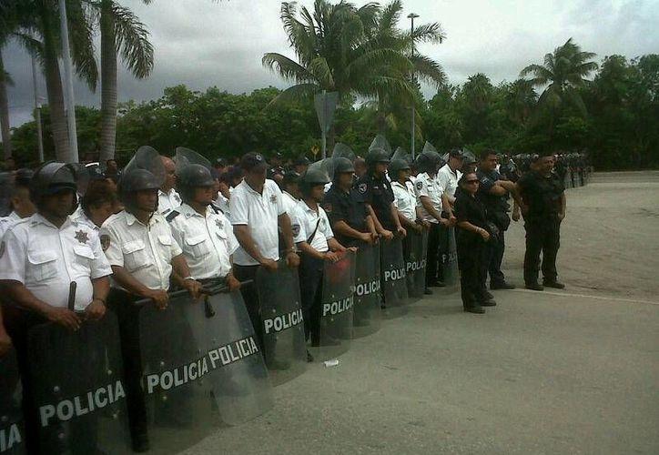 Durante una hora con 40 minutos se mantuvo bloqueada la entrada de la zona hotelera. (Jazmín Ramos/SIPSE)