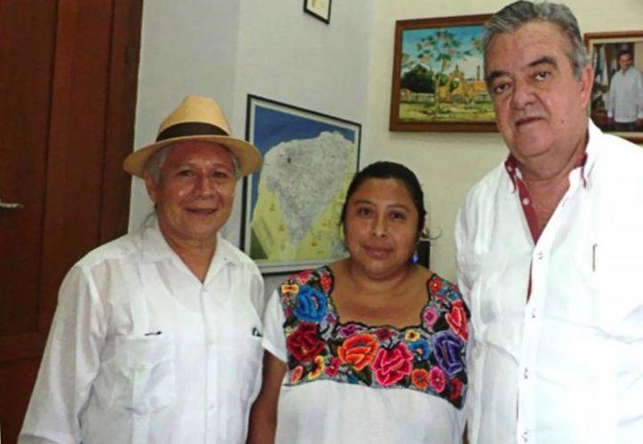 Antonio 'Abuelo' Oxté y la x'men Damiana Chan Mukul durante la visita al Palacio de Gobierno. Los acompaña Eric Rubio Barthell, jefe del Despacho del Gobernador. (SIPSE)