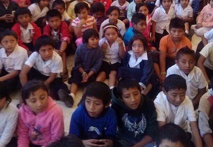 "La primaria ""Felipe Carrillo"" observó atenta la obra de treatro guiñol. (Milenio Novedades)"