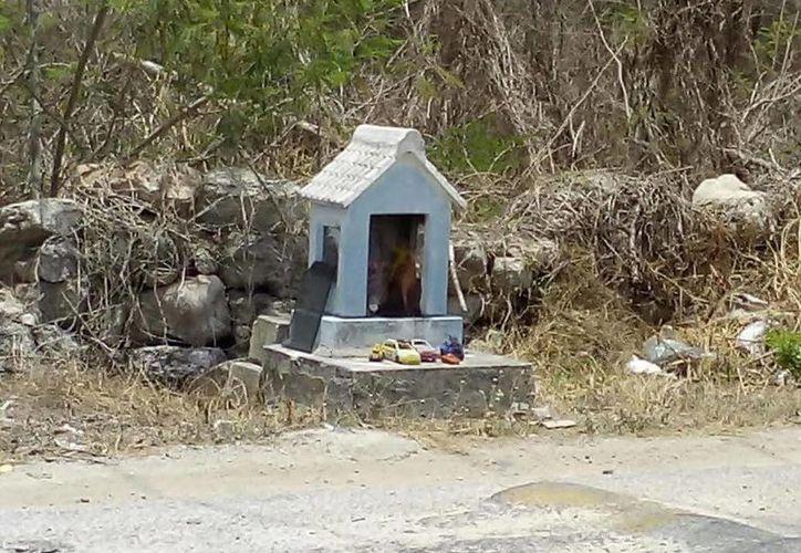 Imágenes del nicho sobre la carretera que está en la salida de Conkal, rumbo a la comisaría de Chablekal, en donde varias personas dicen haber visto las almas en pena de varios niños. La foto fue tomada la semana pasada por Néstor Oxté. (SIPSE)