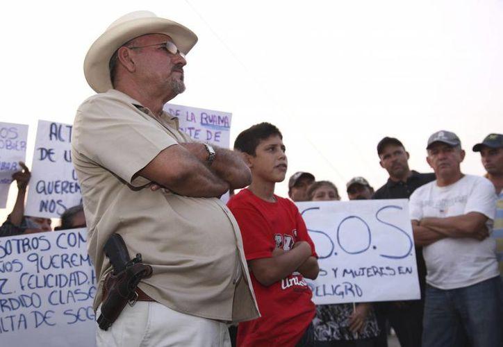 El grupo de Hipólito Mora aseguró no haber accionado armas de fuego durante el enfrentamiento en La Ruana. (AP)