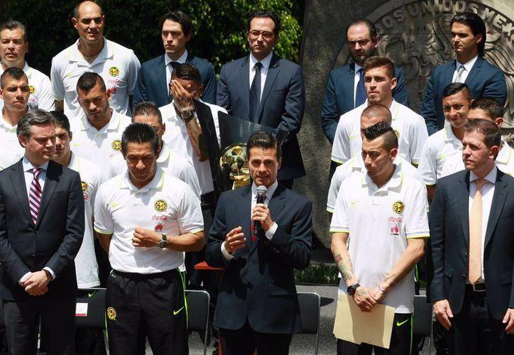 El presidente Enrique Peña Nieto dirige una palabras a los jugadores del equipo Águilas del América en la residencia oficial de Los Pinos, el viernes 29 de abril de 2016. (Notimex)