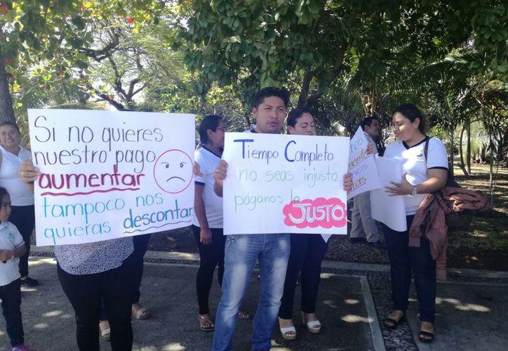Alrededor de cien maestros  del Programa Escuelas de Tiempo Completo fueron a las oficinas de la SEQ. (Joel Zamora/SIPSE)