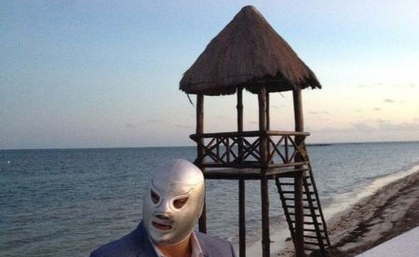 """El hijo del legendario """"Enmascarado de Plata"""", que se encuentra produciendo un documental sobre su carrera, mencionó en su cuenta de twitter: """"he ido a muchas platicas en la playa pero nunca a un escenario justo al lado del mar!"""". (Twitter/@ElHijodelSanto)"""
