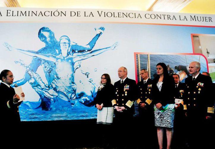 El titular de la Semar, Vidal Francisco Soberón, encabezó en el edificio sede de la dependencia las actividades conmemorativas al Día Internacional para la Eliminación de la Violencia contra la Mujer. (Semar)