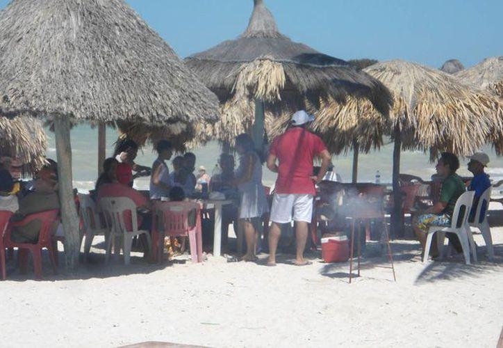 Restaurantes del malecón de Progreso esperan una buena racha de ventas. (Alicia Carrasco/SIPSE)