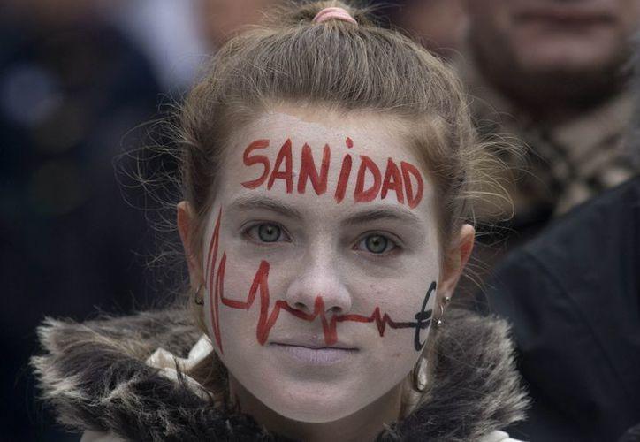 Una manifestante durante una marcha de los trabajadores de la salud en Madrid. (Agencias)