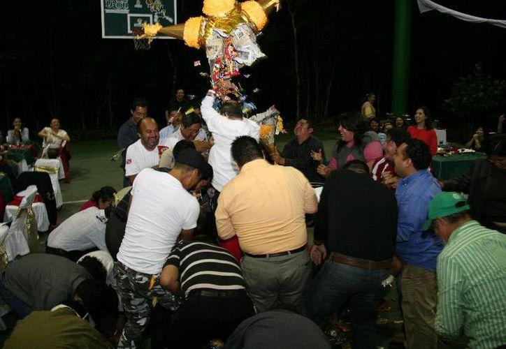 """Una gran piñata adornó el evento universitario; académicos entonaron el tradicional """"dale, dale, no pierdas el tino"""". (Cortesía/SIPSE)"""