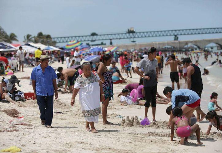 Las playas de Progreso lucieron repletas en este segundo domingo de vacaciones. (Notimex)