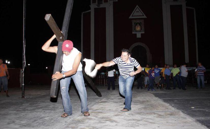 Los ensayos para escenificar la Pasión de Cristo son todos los días de 9 a 11 de la noche o hasta medianoche. (SIPSE/Albornoz)
