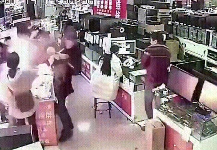 Un joven muerde la batería de un iPhone para probar si es auténtica. (Captura video)
