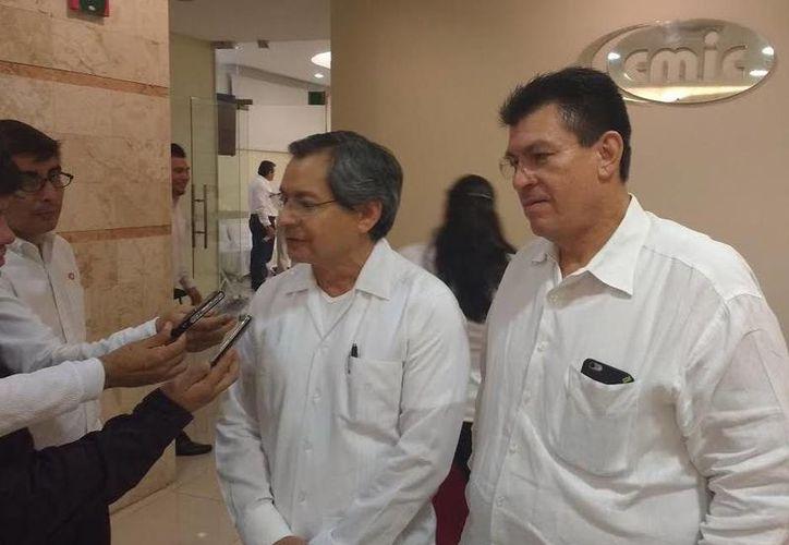El nuevo presidente de la CMIC Yucatán, Luis Eduardo Castillo Campos, habla para la prensa. (José Acosta/SIPSE)